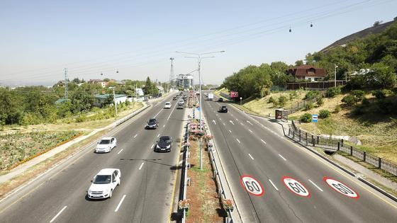 машины едут по трассе Алматы