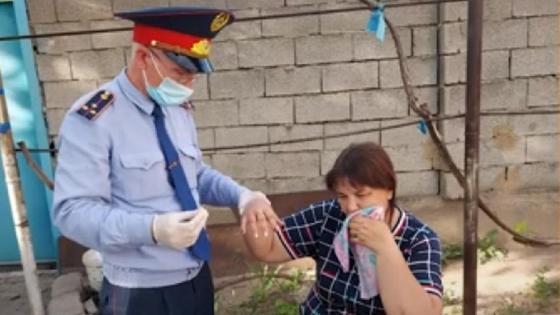 полицейский помог женщине снять кольцо с опухшего пальца