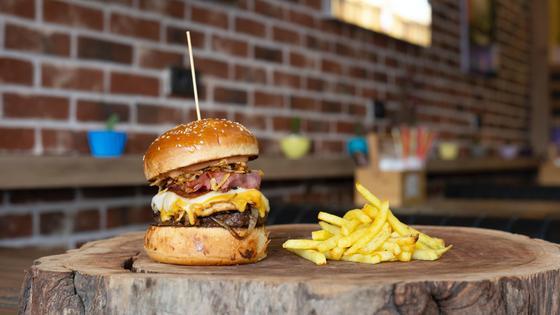 Бургер и картошка фри на столе