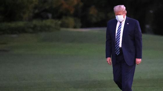 Дональд Трамп идет в маске