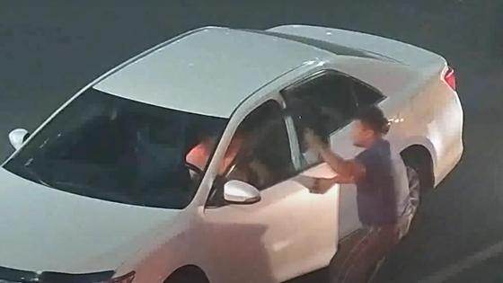 Мужчины вытаскивает водиеля