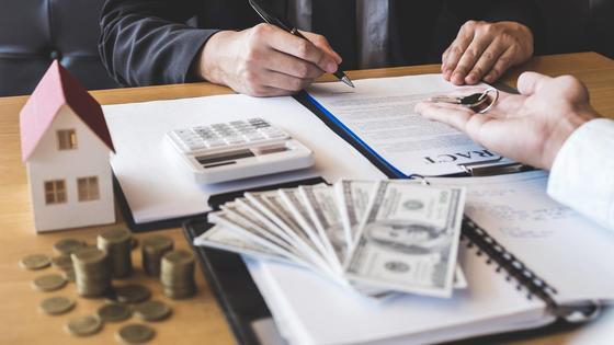 Покупатель подписывает договор о покупке жилья