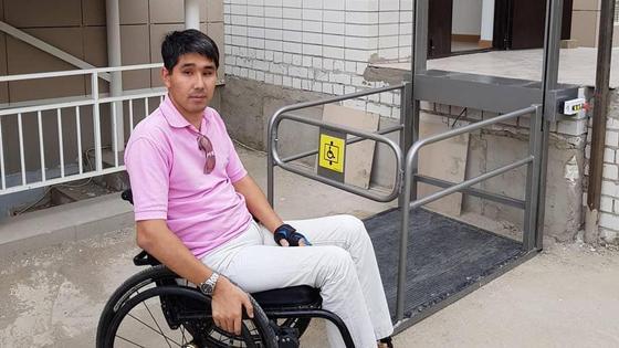 Мужчина в инвалидном кресле