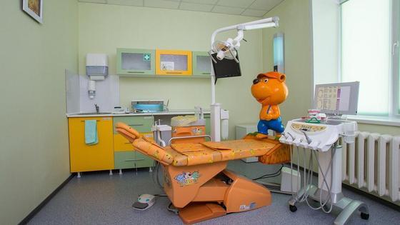 Кресло в кабинете стоматолога