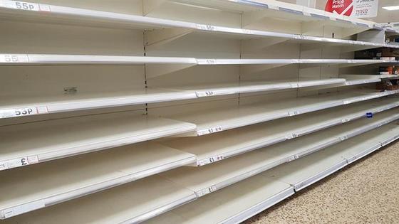 Пустые полки магазина в Великобритании