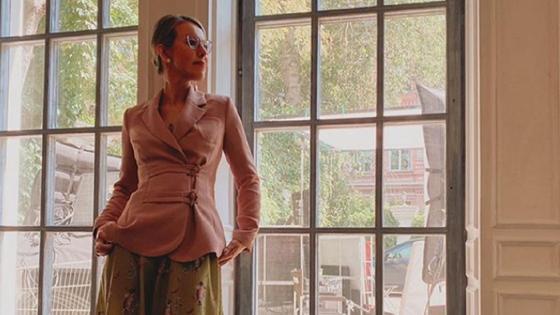 Ксения Собчак у окна