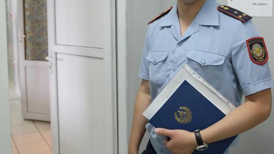 Страж порядка держит папку