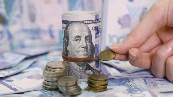 Тенге и доллары на столе