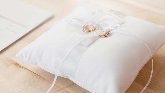 Обручальные кольца на подушке