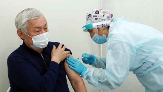 Бердибек Сапарбаев привился казахстанской вакциной