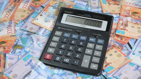 Калькулятор лежит на деньгах