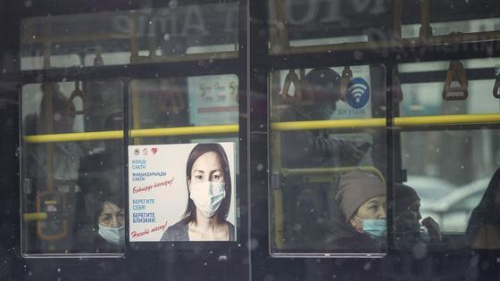 Пассажиры сидят в автобусе