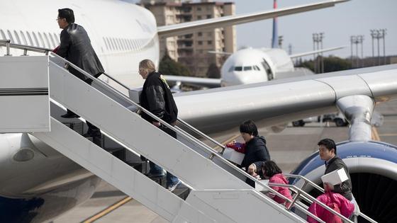 пассажиры заходят в самолет