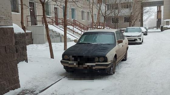 Автомобиль стоит во дворе дома