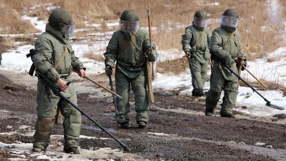 солдаты на дороге