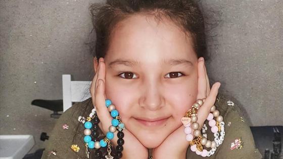 Девочка держит браслеты в руках
