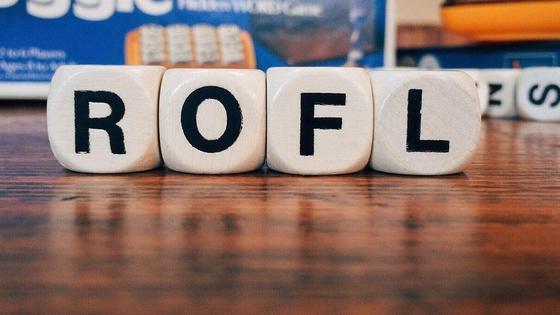 Слово rofl выложено буквами, написанными на кубиках