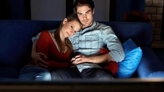 пара смотрит фильм