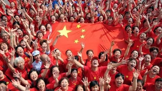 китайцы с китайским флагом