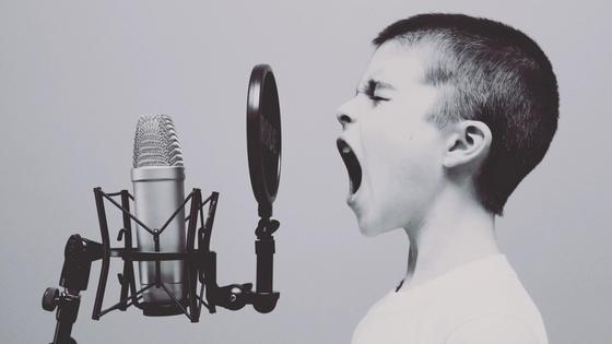 Ребенок орет в студийный микрофон
