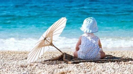 младенец на пляже у моря