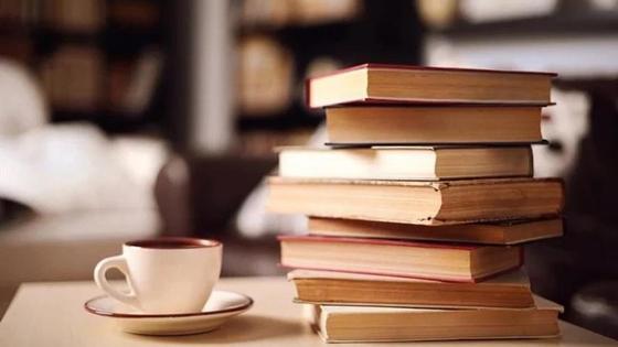 стопка книг и чашка