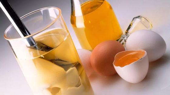Яйца, растительное масло и посуда, в которой готовят майонез