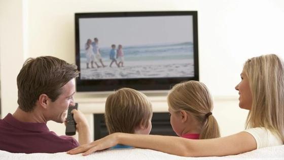 семья смотрит фильм