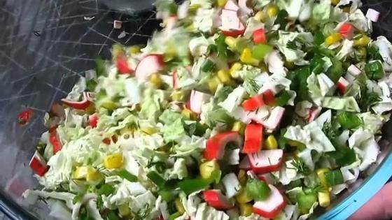 Крабовый салат с рисом и пекинской капустой