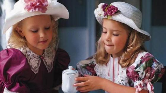 две девочки пьют чай
