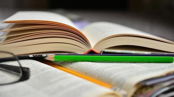 книги и карандаши