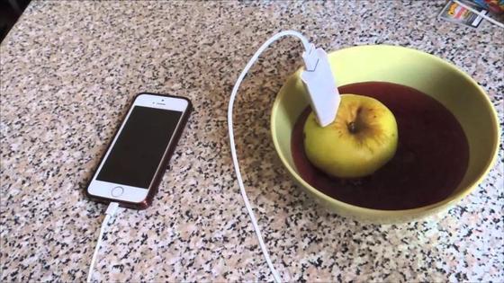 Айфон заряжается от яблока