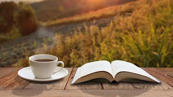 раскрытая книга и чашка кофе