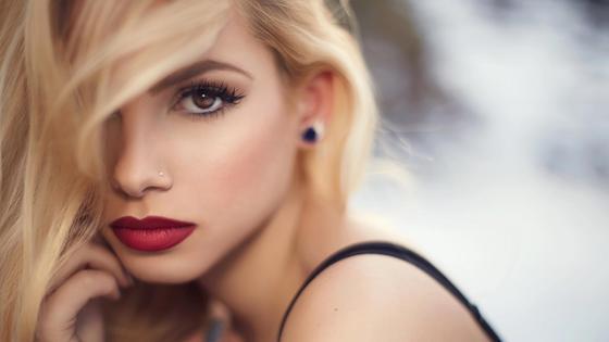 блондинка с карими глазами