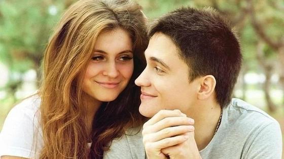 Парень и девушка любуются друг другом