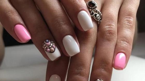 ногти с белым и розовым маникюром