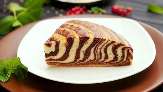 Кусочек пирога «Зебра» на тарелке