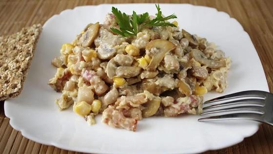 Салат с жареными грибами, ветчиной и сыром